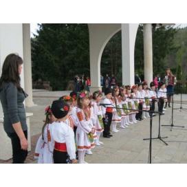 100 деца участваха във Великденския празник пред храма