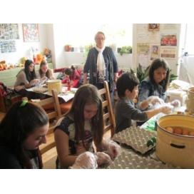 """360 яйца за Великден боядисаха деца-доброволци от """"Чисти сърца"""" и Съюза на инвалидите в Смолян"""